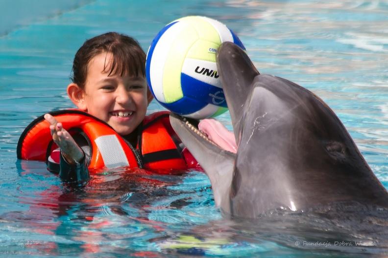 Delfin_dziecko_piłka